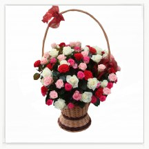 Kosz pełen kolorowych róż
